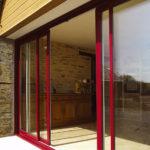 Porte-fenêtre rouge coulissante